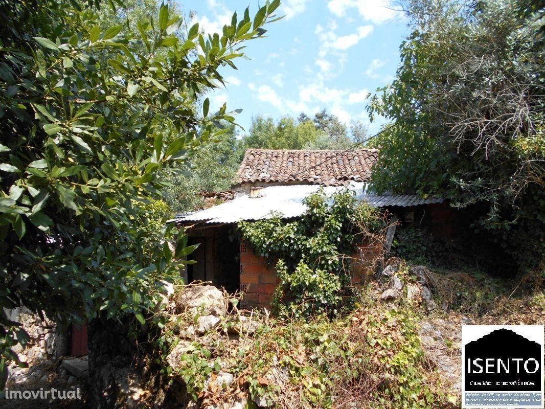 Duas casas anexas em ruinas para renovar.
