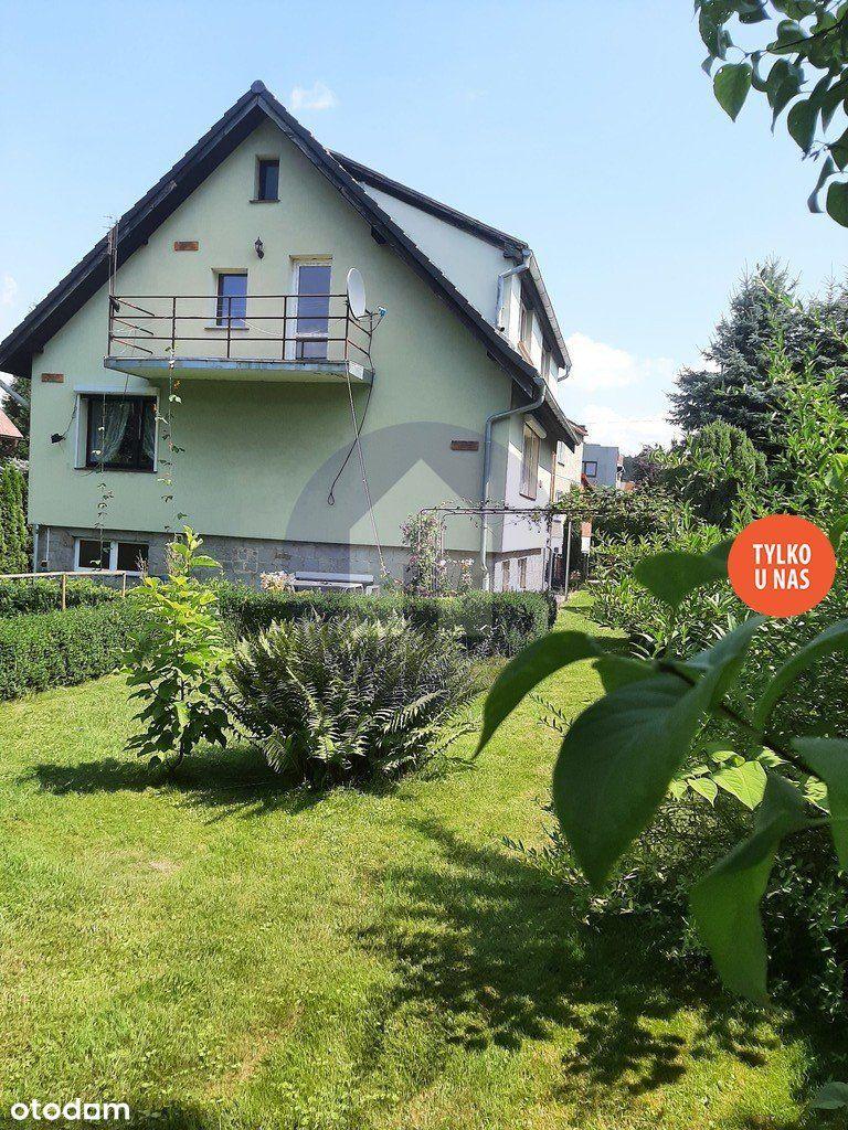 Piękny dom z ogrodem, tarasem i balkonem