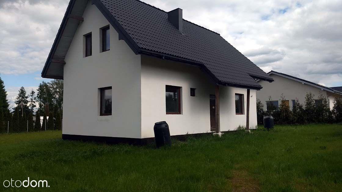 Nowoczesny, mały dom w spokojnej okolicy.