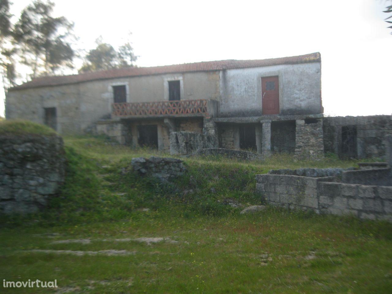 4 casas em Pedra (stone) 3 poços 24 000 metros de terreno e árvores