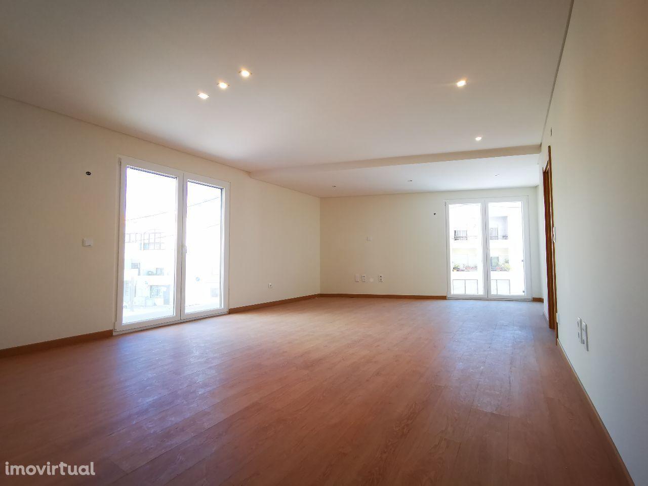 Apartamento T2 / Novo com Garagem em zona nobre / 35 min de Lisboa