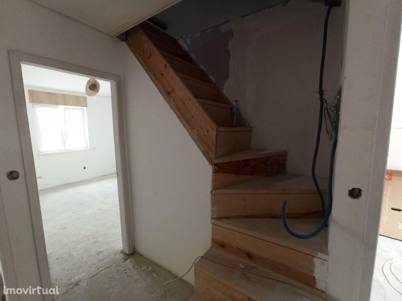 Andar moradia T3 Duplex ( em reconstrução ) ao Metro - V.N. de Gaia