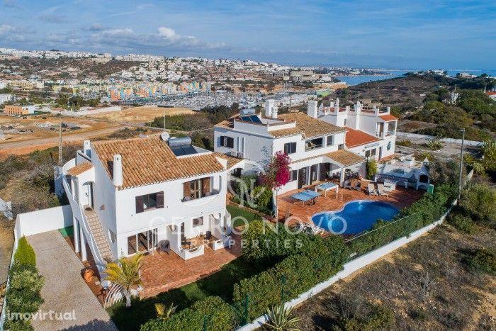 Duas moradias adjacentes com piscina, sete quartos, Licença AL e vista mar