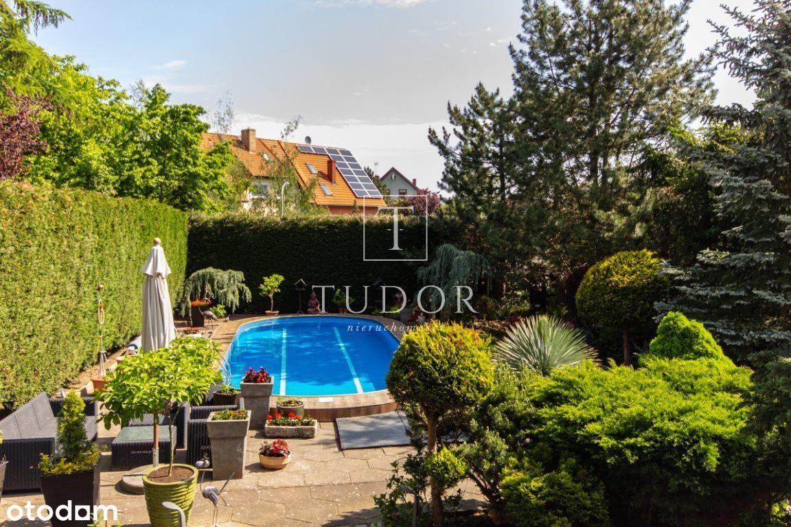 Dom z zielonym ogrodem i basem - widok na J. Dąbie