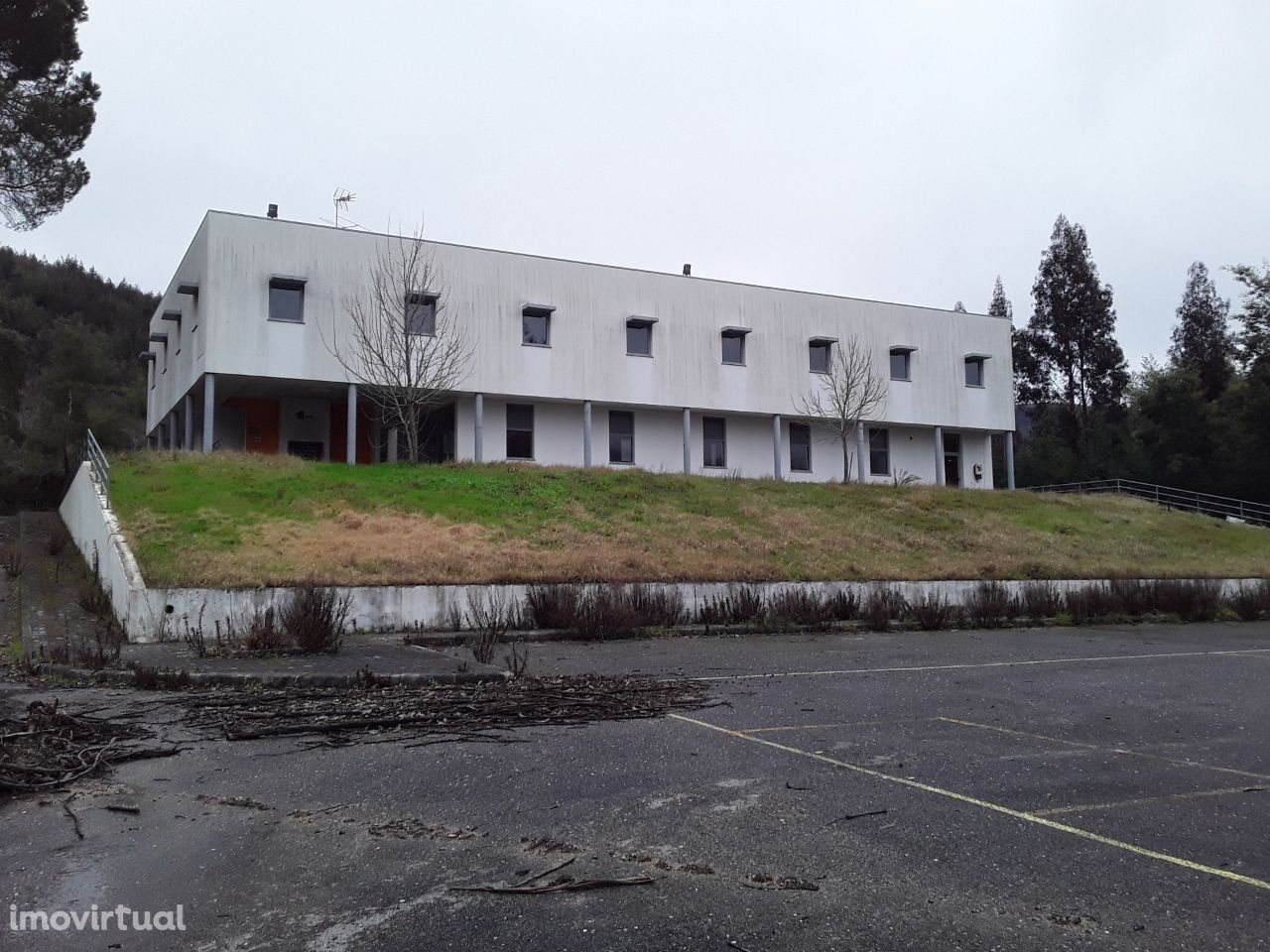 Edifício á beira da EN2 em Vila Nova do Ceira concelho de Góis