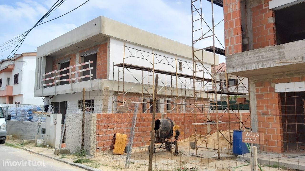Moradia Nova T4 com Terraço, Jardim e Garagem - Foros da Amora