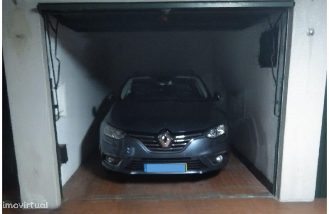 Garagem / BOX c/ portão automático - Avenida Fontes Pereira de Melo