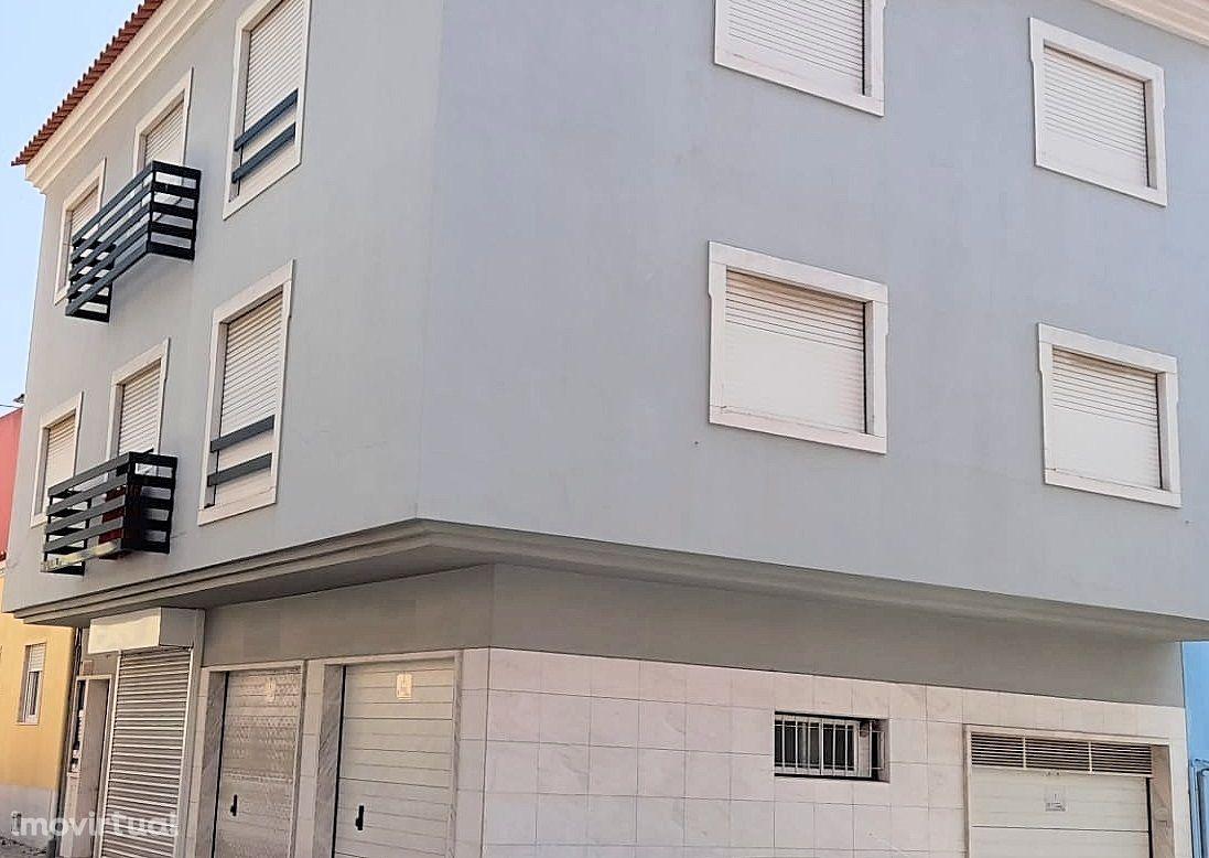 Prédio com 3 frações e estacionamentos, Benfica, Lisboa