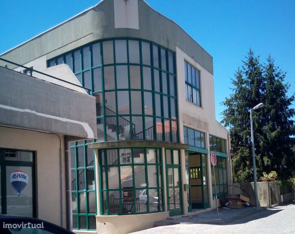 Edifício no centro de Viseu com 2 pisos e cave-14 estacionamentos