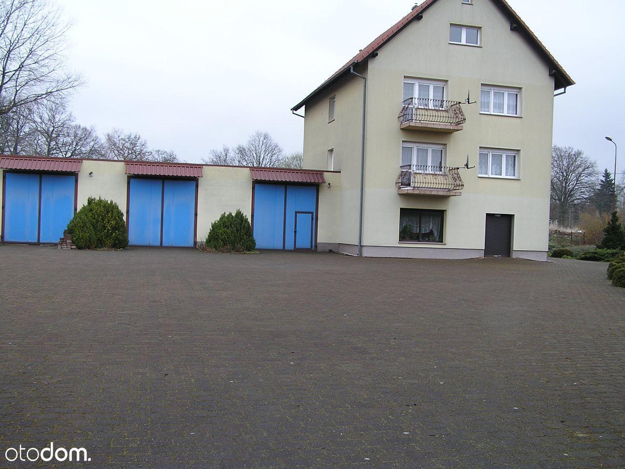 Budynek Mieszkalny w Kompleksie garaży i hali .