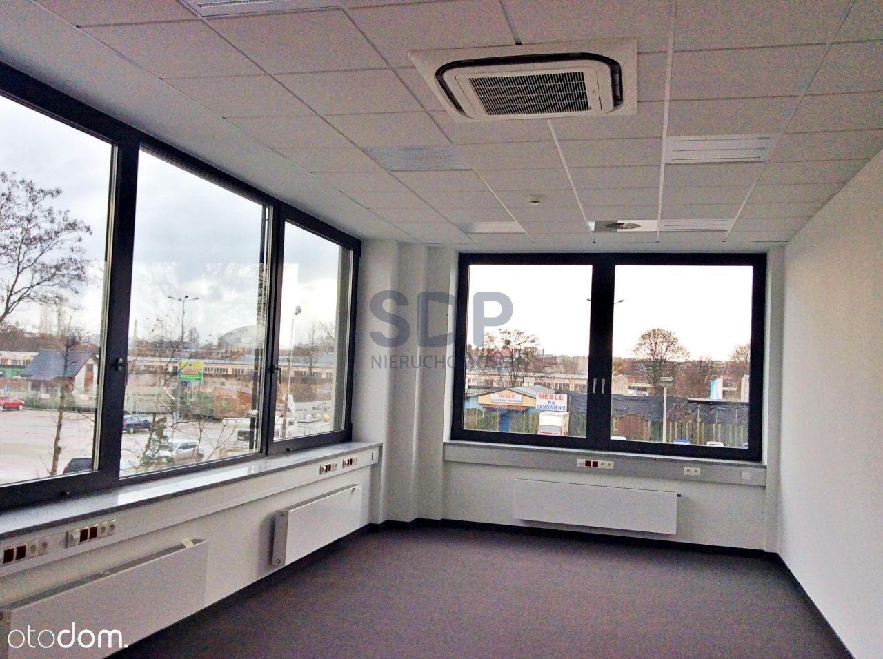Pomieszczenia biurowe w nowoczesnym biurowcu