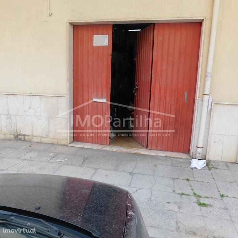 Baixa de Valor - Garagem Agualva com 40 m2, mezzanine, cozinha e wc