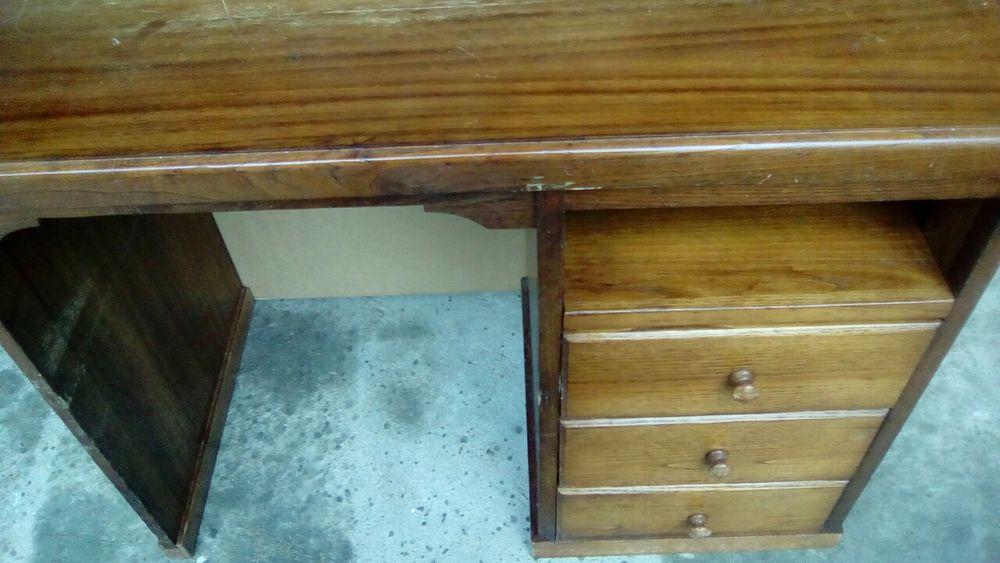 Secretária em madeira boa com a medida de 92/ 48cm