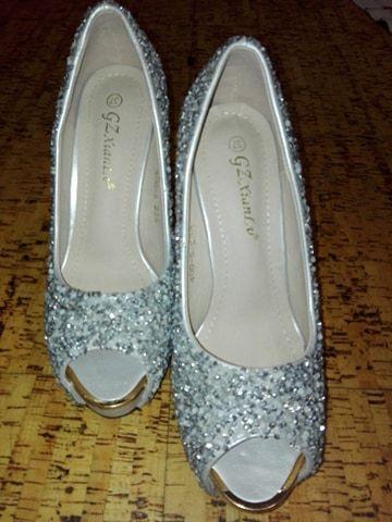 b9e658f53 Sapatos de cerimonia prateados elegantes com brilhantes Arcozelo das Maias  • OLX Portugal