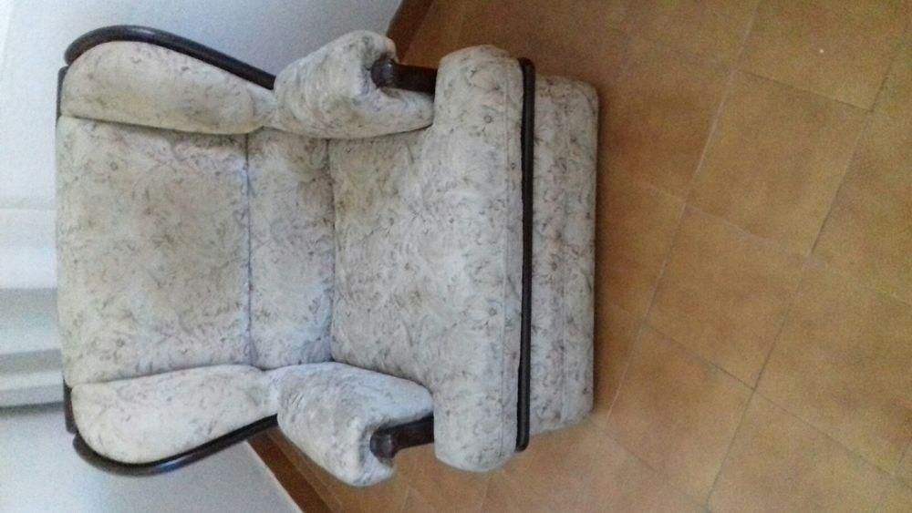 Sofá antigo com madeira.