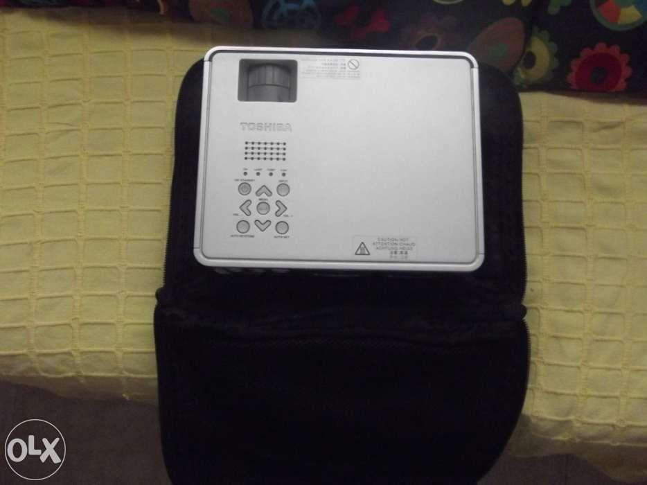 Projector Toshiba D 2 Bolsa + Comando / Lãmpada + 1535 Horas