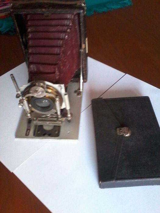 Máquina fotográfica com mais de 100 anos