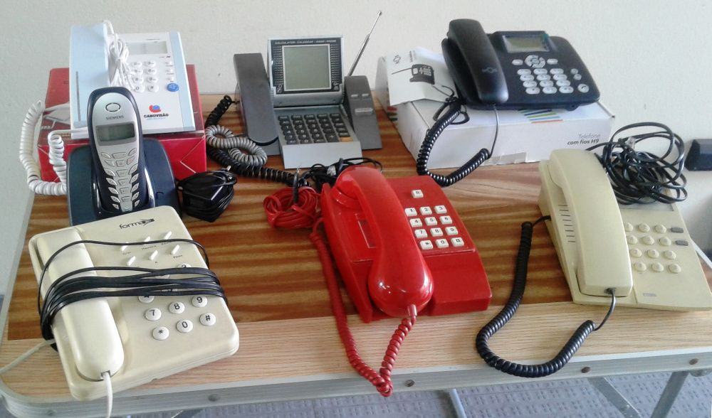 Seis telefones fixos + um telefone portátil
