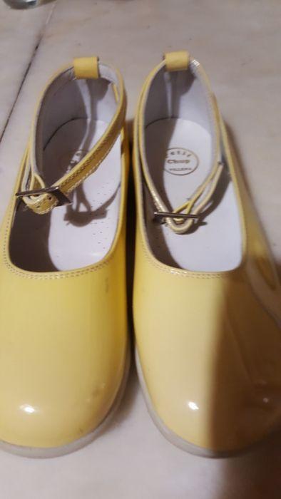 Sapatos Cerimônia amarelos 31brancos 34 Odivelas • OLX Portugal