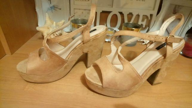 Kamelowe, zamszowe sandały na koturnie Lasocki 39