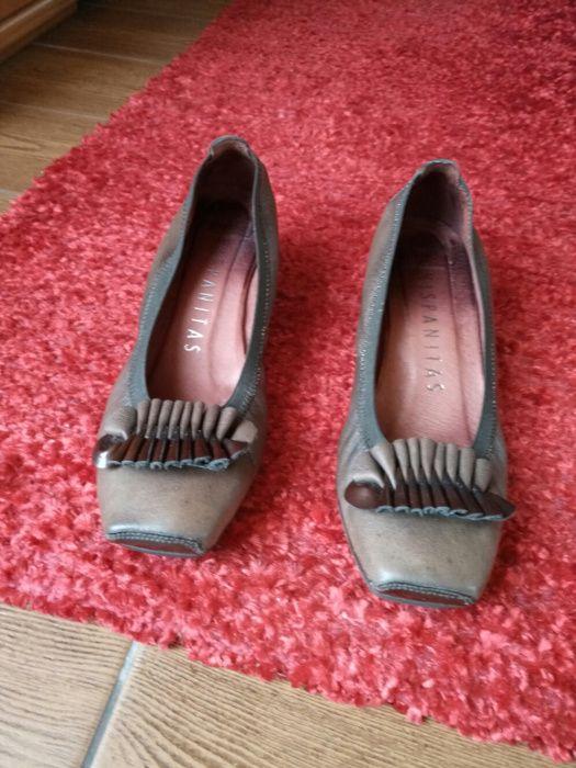 Sapatos hispanitas castanhos