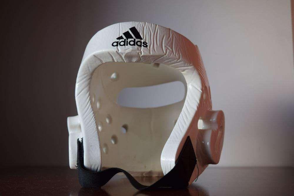 Proteção de cabeça Adidas p/ artes marciais.