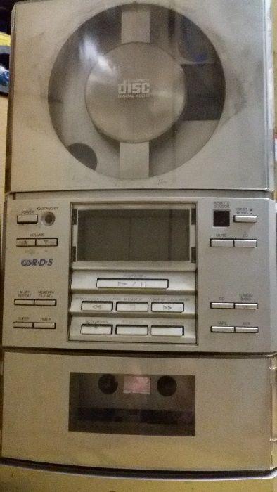 Leitor de CD`s + rádio + leitor de cassetes