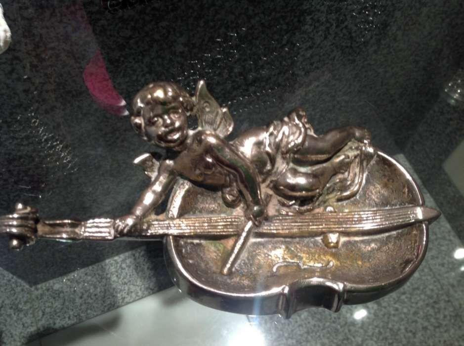 Cinzeiro antigo metal em forma de anjo
