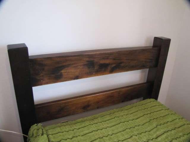 Vendo cama de uma pessoa, muito antiga