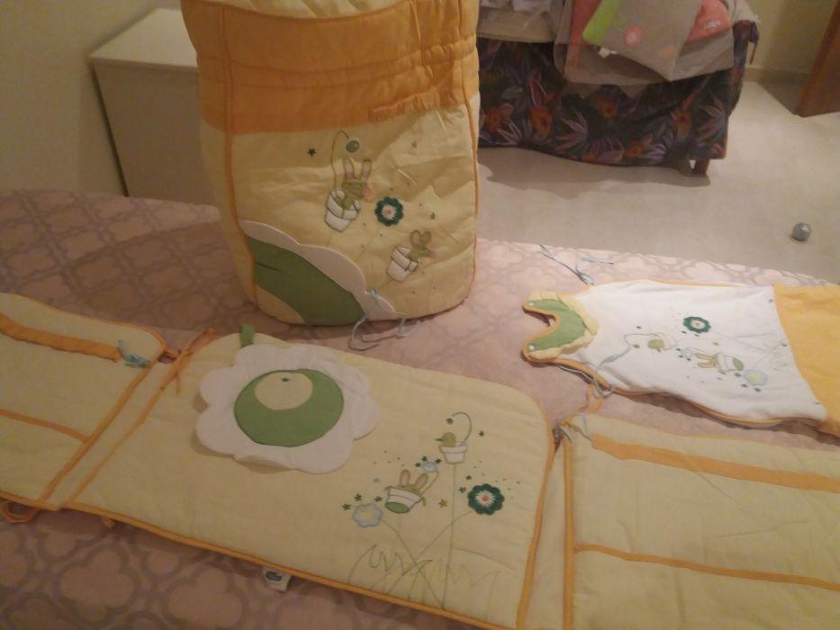 Vendo conjunto para quarto de bébé: cobertor, contorno, saco e acessor