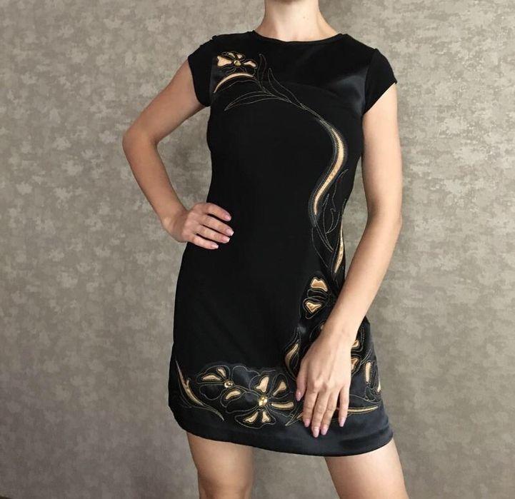 Чёрное мини - платье с золотыми вставками и шнуровкой на спине