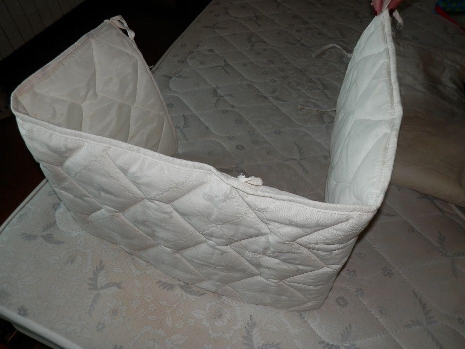 Contorno de berço e colcha com travesseiro