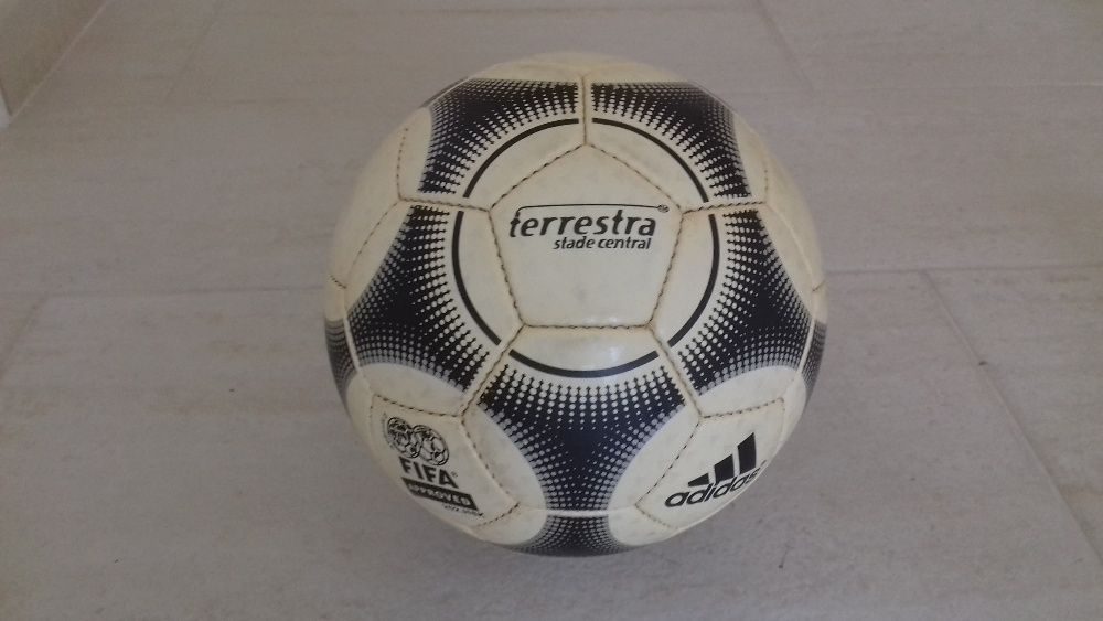 Bola Adidas - Futsal e Futebol - OLX Portugal a03b0cdeb664c