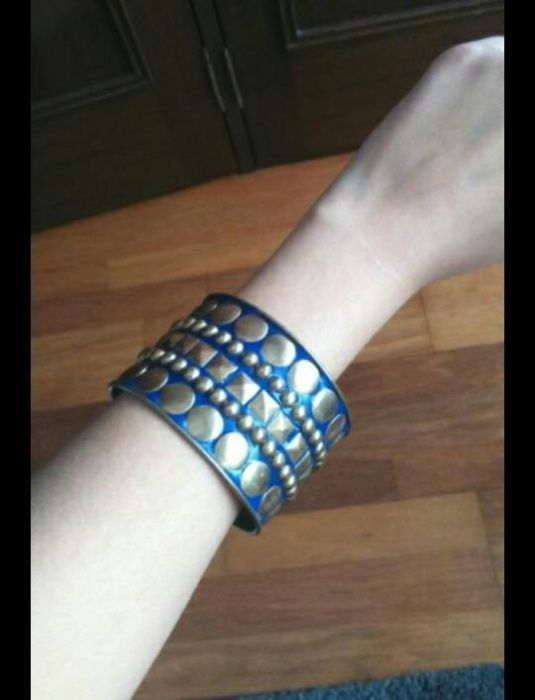 Pulseira larga azul com tachas douradas