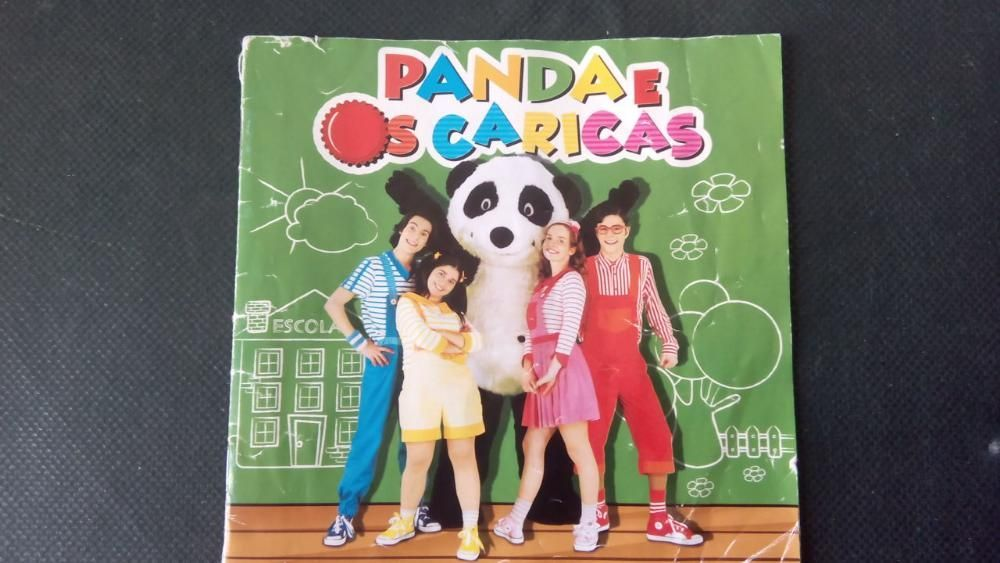 Folheto com as letras das 16 musicas do Panda e os Caricas
