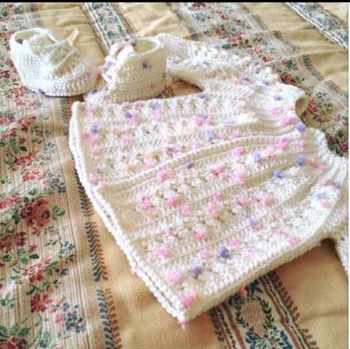 Conjunto casaco+sapatilhas para bebê feitas à mão com lã hipoalergenic