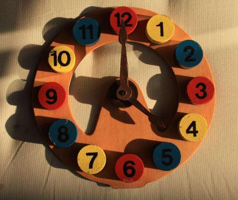 Relógio de madeira para a criança brincar e aprender as horas