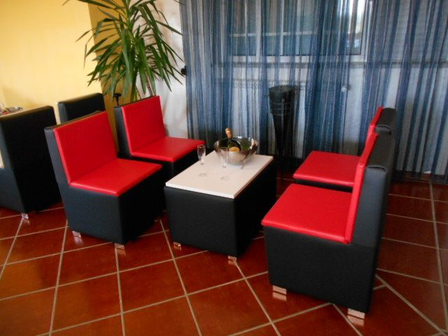 Sofa individual e mesa p/ bar/ pastelaria/ danceteria e sala de espera