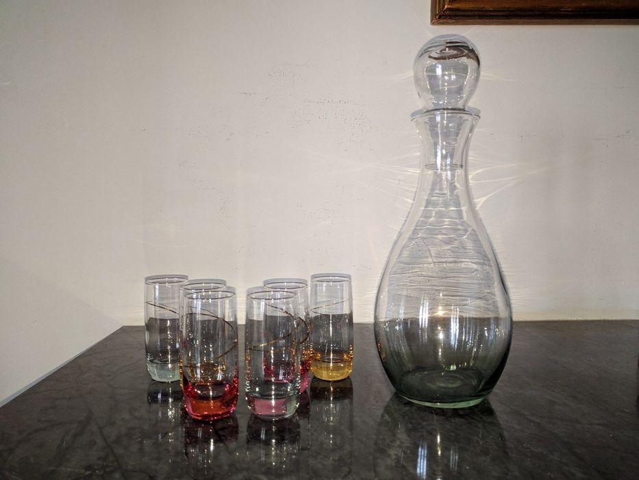 Conjunto de garrafa e 6 copos de licor coloridos