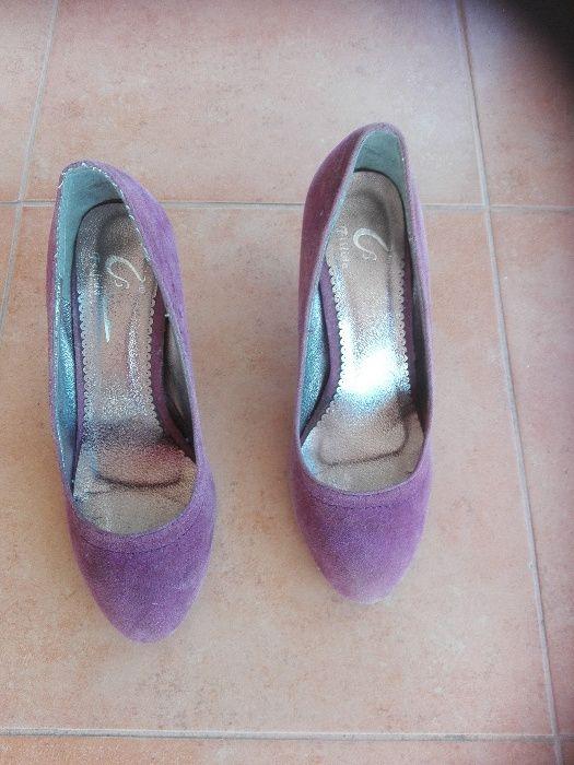 ddb0c8c48 Sapatos de cerimonia prateados elegantes com brilhantes Arcozelo das ...