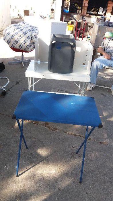 Fogão, mesa de apoio ao fogão e bilha cheia de gaz e rodotor