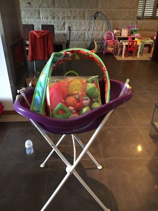 Banheira de criança com base com alguns acessórios ( brinquedos )