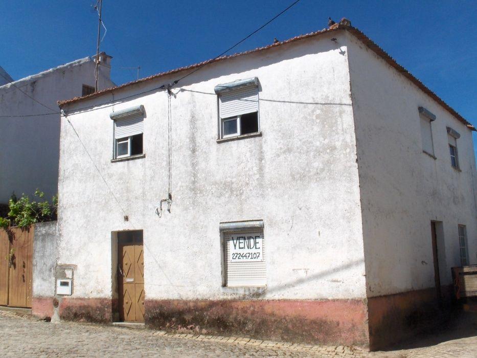 Moradia no centro de aldeia na Beira Baixa (RC, 1º, sótão, quintal)