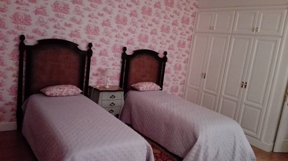 Par de cabeceiras de cama de solteiro, em cerejeira maciça, lacadas