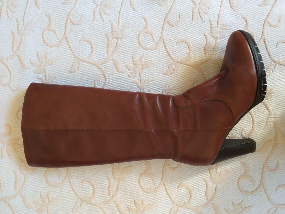 ca4f1b2d2 botas de cano alto em pele Wonders como novas