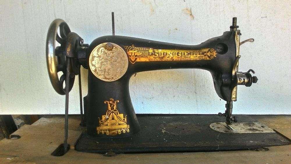 Máquina de costura SINGER.