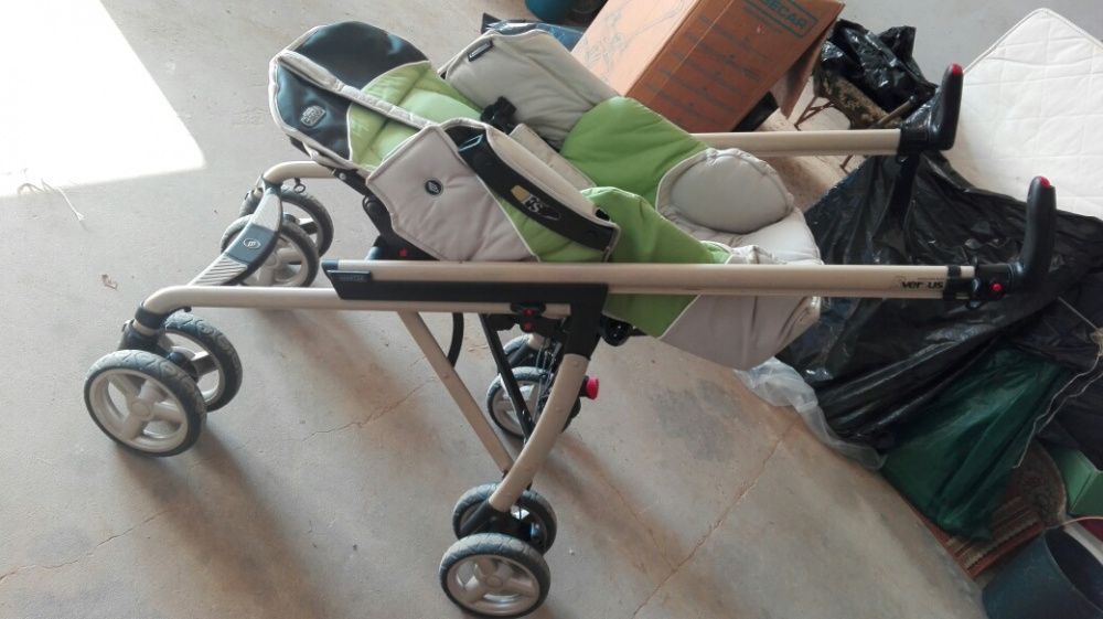 Carro de bebé, composto por cadeira, ovo, capa chuva e chapéu sol