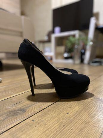 Чорные туфли на шпильке