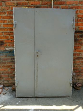 Дверь металлическая б/у с луткой со швеллера и замком