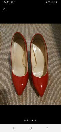 Продам красные лаковые туфли